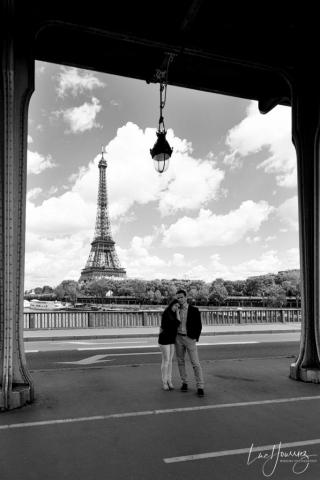 amoureux devant la tour Eiffel