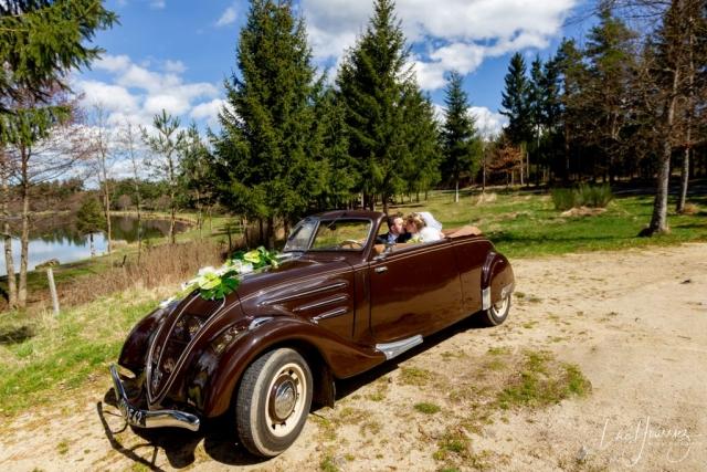 bisous de mariés dans leur voiture