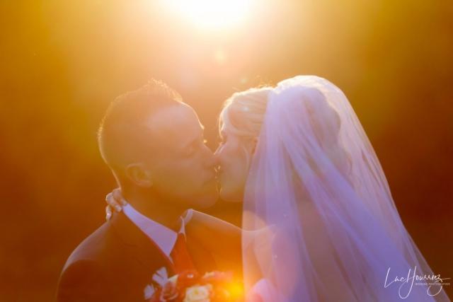 bisous des mariés au coucher du soleil