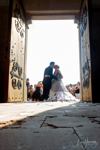 bisous mariés à la sortie d'eglise