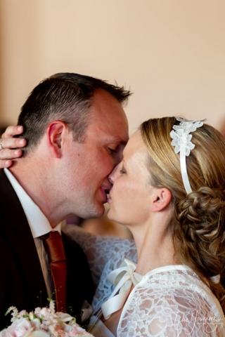 bisous mariés a la mairie