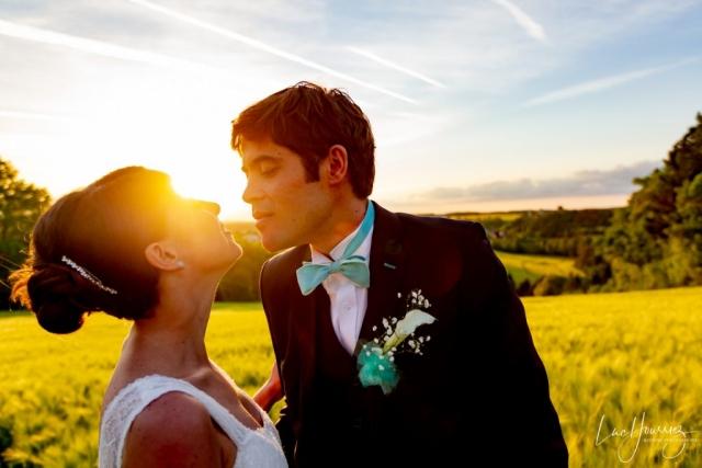 bisous mariés au coucher du solei