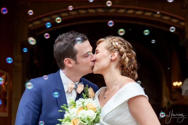 bisous sortie eglise mariage avec des bulles