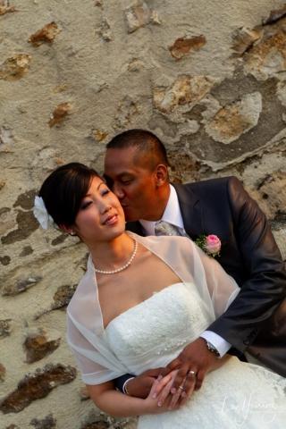 bisous sur la joue de la mariée