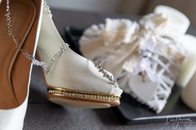 chaussure et collier de mariage de la mariée