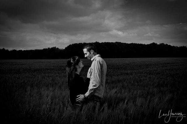 couple d'amoureux dans un champ