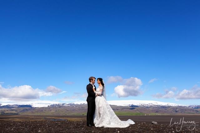 couple de mariés devant les montages d'Islande