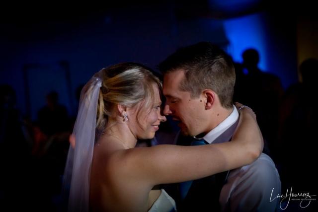 couple de mariés pendant l'ouverture de bal de leur mariage
