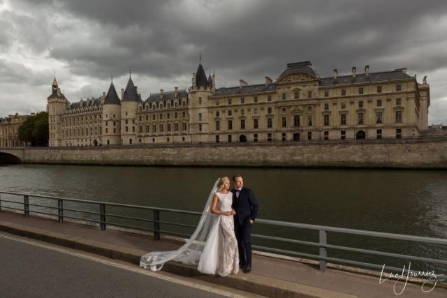 couple de mariés sur les quais de Seine à Paris
