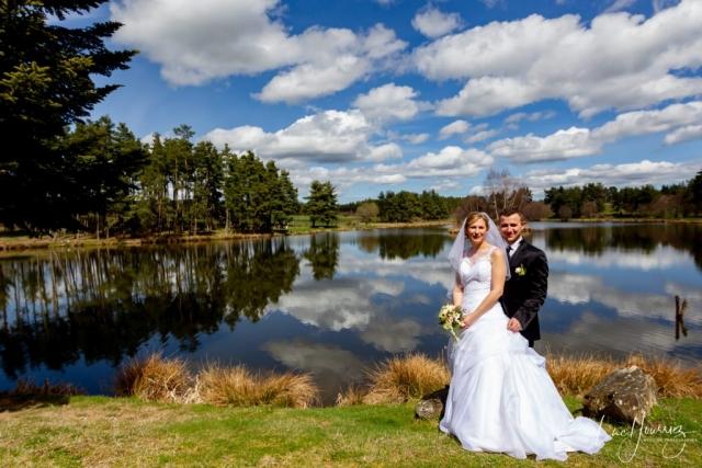 couple marié devant un lac