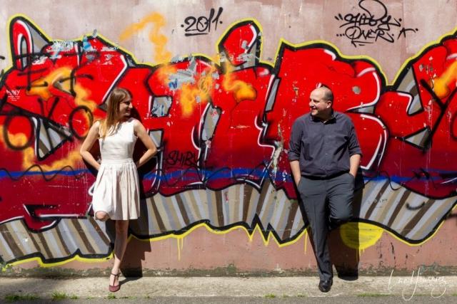 couple qui pose devant un graffiti