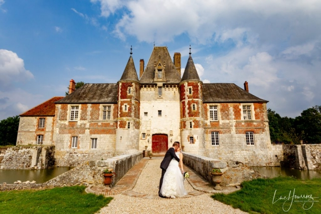 couple s'embrassant devant un chateau