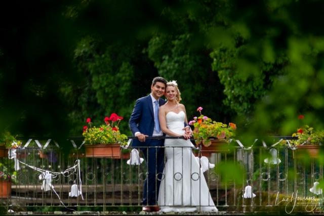 des mariés heureux sur un pont
