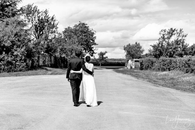 des mariés se ballade dans les bras de l'un de l'autre