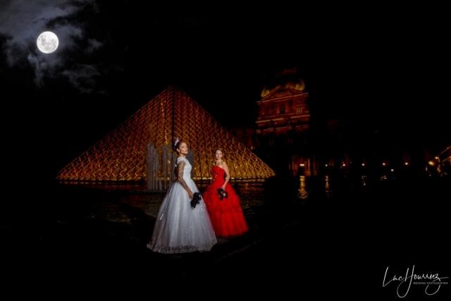 deux mariés aux Louvres de nuit à Paris