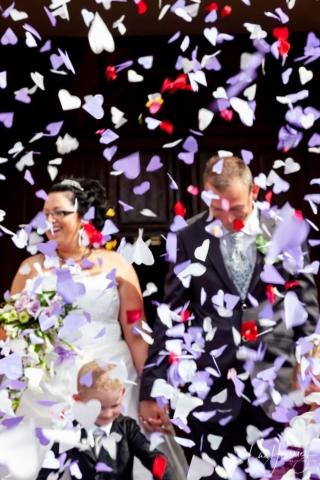 jeter de confetti à la sortie de l'eglise mariage