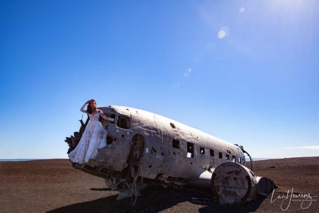 la mariée devant l'épave d'avion sur la plage de Sólheimasandur en Islande