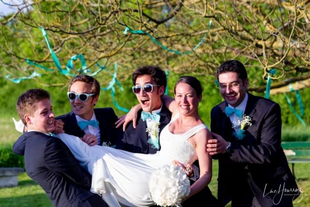 la mariée est porté par les témoins