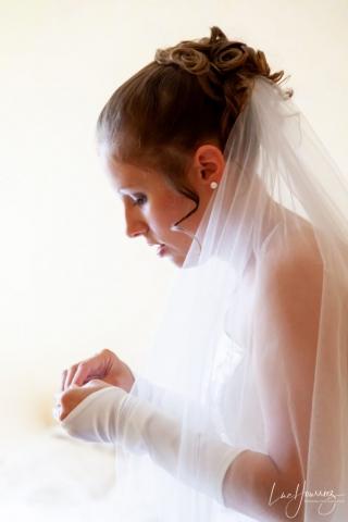 la mariée met ses bijoux