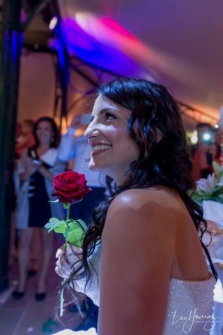 la mariée recoit une rose à son mariage