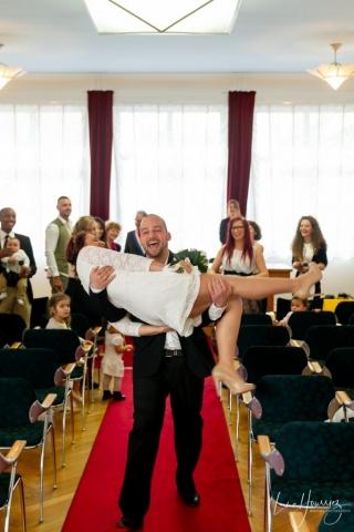 le marié porte sa femme à la sortie de la mairie