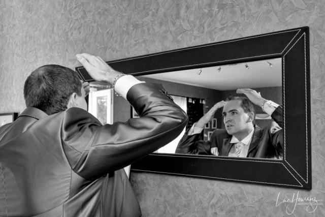marié devant un miroir