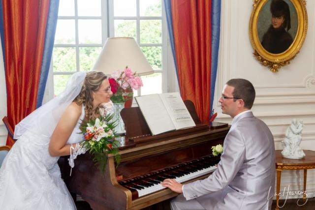 marié qui joue du piano pour sa femme