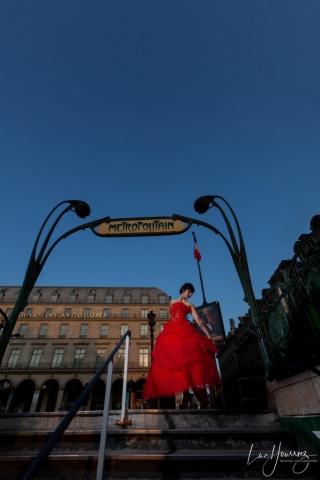 mariée a une sortie de metro parisienne