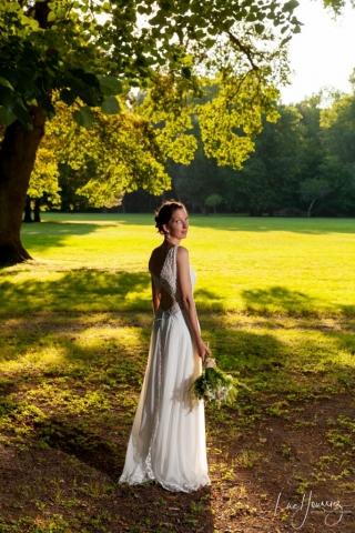 mariée dans un parc