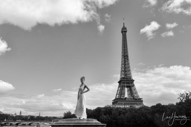 mariée devant la Tour Eiffel à Paris