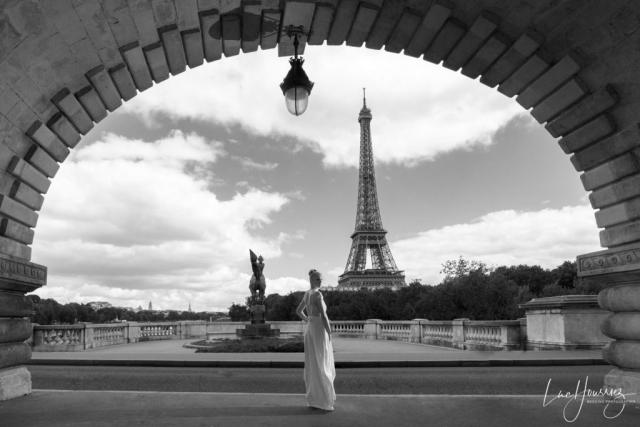 mariée devant la Tour Eiffel sur le pont de Bir Hakeim