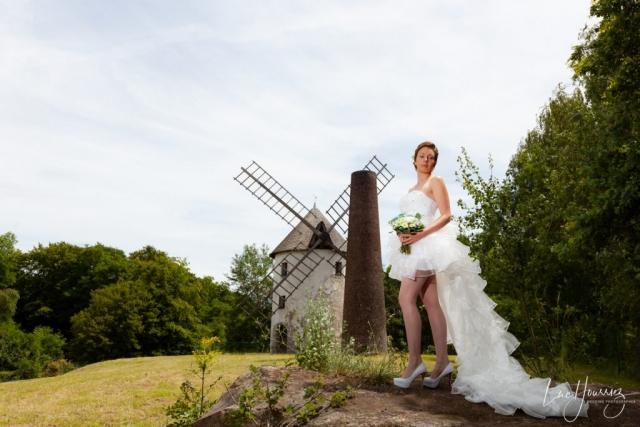 mariée devant un moulin