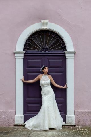 mariée devant une porte en Corse