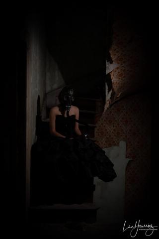 mariée en noir avec masque à gaz