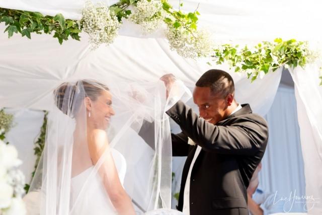 mariée souleve le voile de la mariée