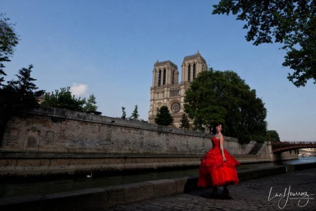 mariée sur les quais de seine devant Notre de Dame de Paris