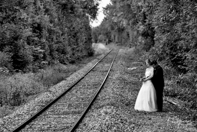 mariés au bord d'un chemin de fer