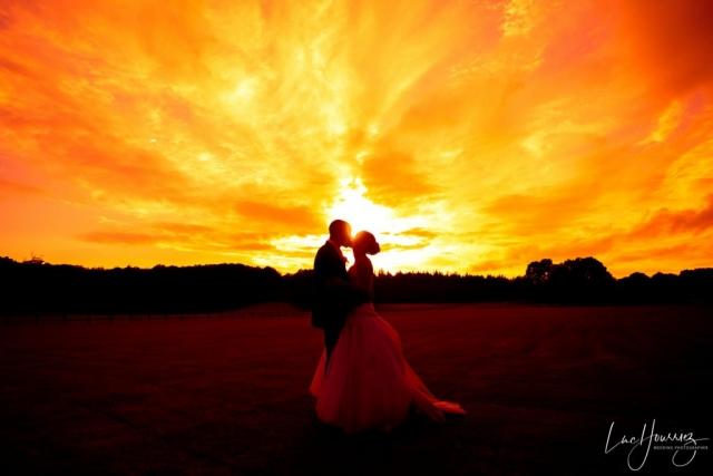 mariés au coucher du soleil au domaine de la butte ronde