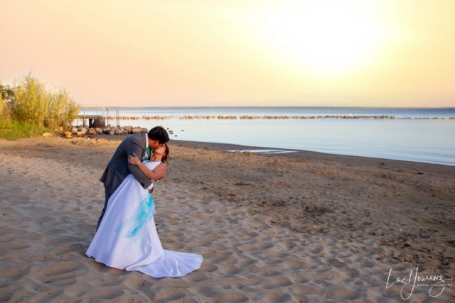 mariés au coucher du soleil sur le bassin d'arcachon
