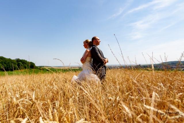 mariés dans un champ de blé
