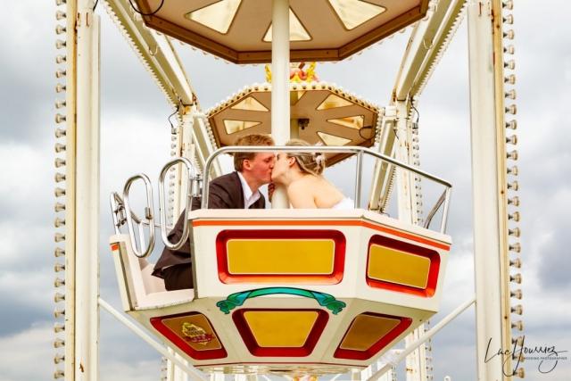 mariés dans une grande roue