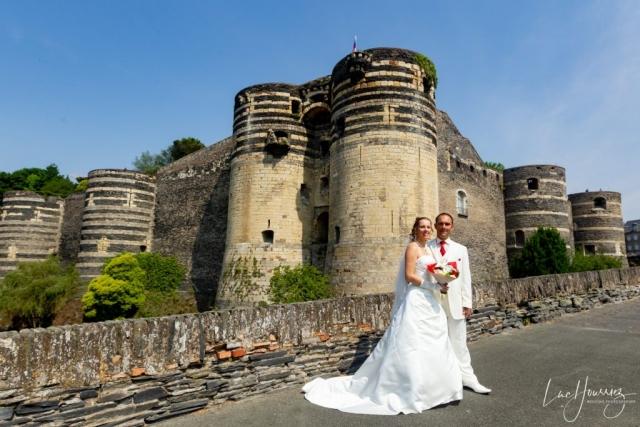 mariés devant le chateau de Angers