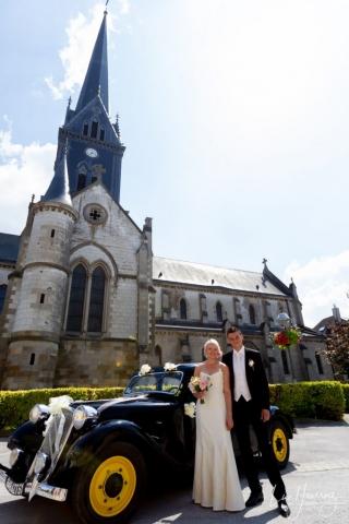 mariés devant leur voiture