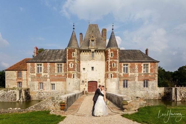 mariés devant un chateau