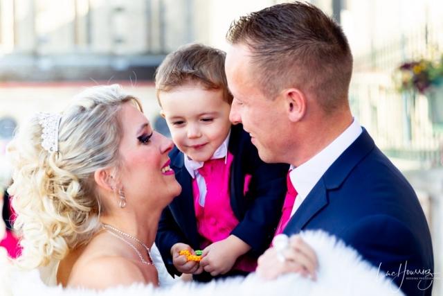 mariés et leur fils heureux