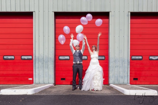 mariés lachant des ballons