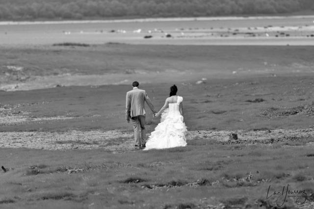 mariés marchant vers le lac de Troyes