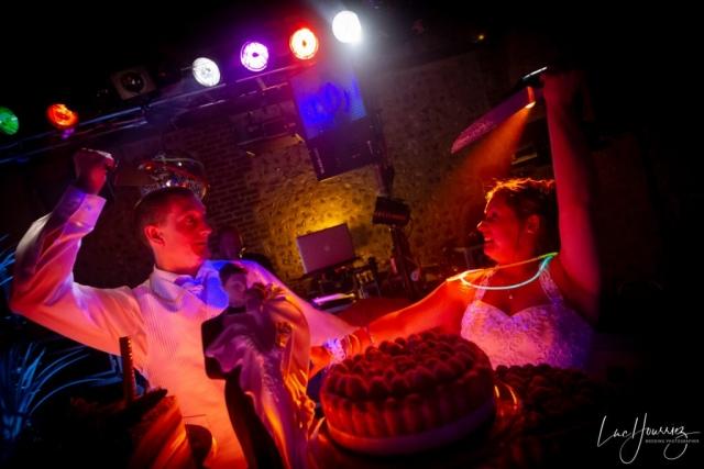 mariés qui coupe le gateaux de mariage
