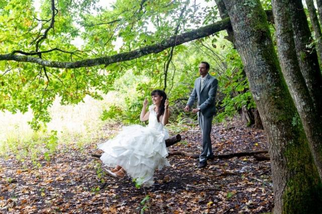 mariés qui fait de la balancoire