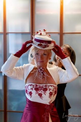 mise en place du chapeau de la mariée